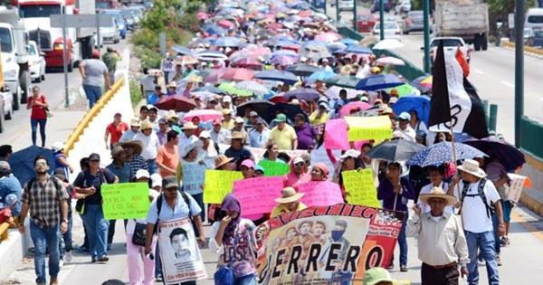 """Maestros de Guerrero celebran su """"día"""" con movilizaciones"""