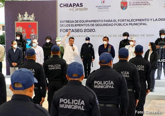 RUTILIO ESCANDÓN EQUIPA A LA POLICÍA DE LAS MARGARITAS